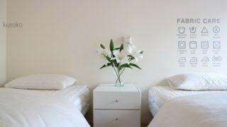 ベッドもカバーも無印で整えた寝室の画像