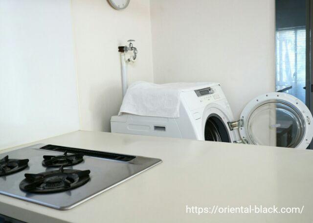 キッチン側から見た洗濯機の画像