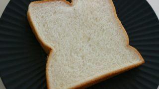 押しつぶされた食パンの画像