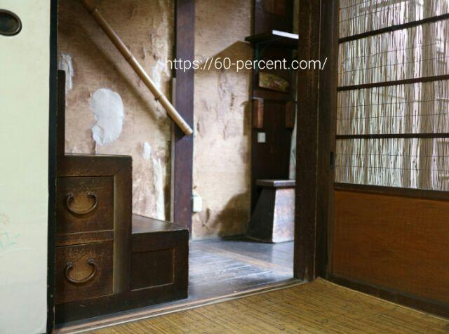 京町家『藤野家住宅』の室内、箱階段の画像