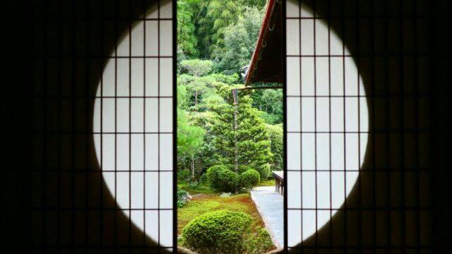 芬陀院の丸窓からの景色の画像