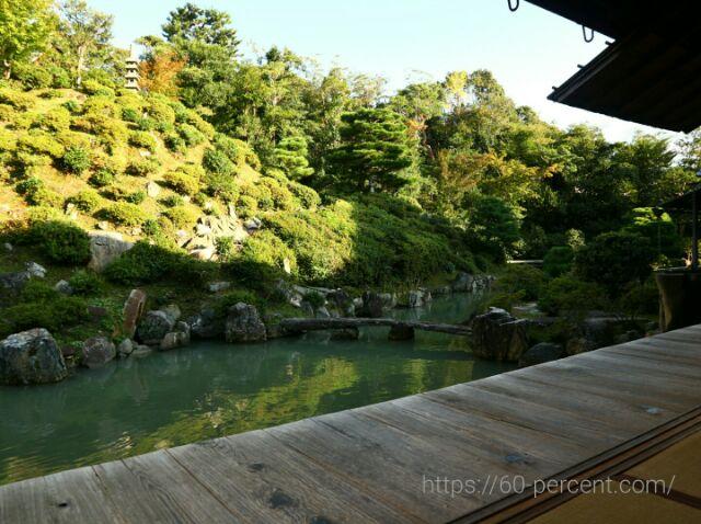 智積院の池が見える庭園の画像