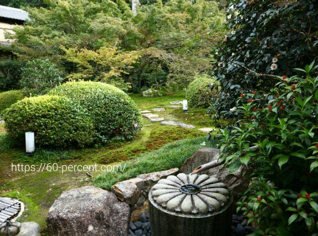 雲龍院のお庭と菊花紋の水琴窟の画像