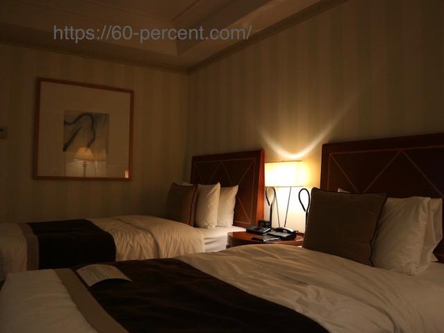 スッキリ片付いたホテルの部屋の画像