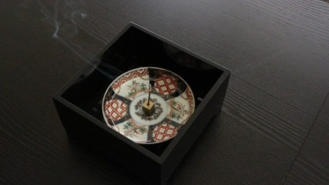 お香受けにしている天王寺骨董市で買ってきたお皿の画像