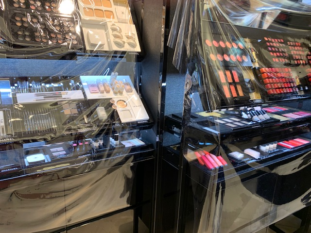 ビニールが張られた化粧品売り場のテスターの画像