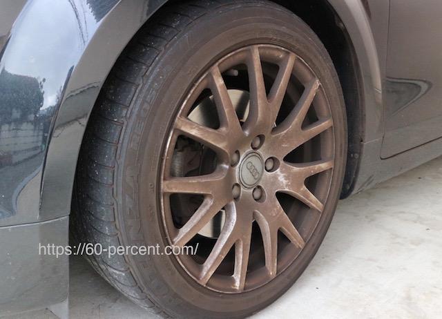 汚れたタイヤとホイールの画像