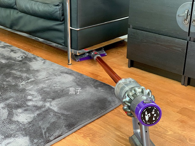 ソファーの下にヘッドが入らないダイソン掃除機の画像