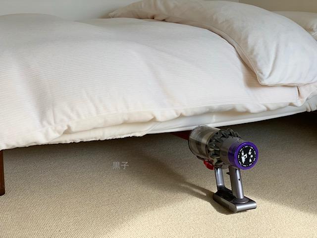 ベッド下の掃除ダイソン掃除機の画像