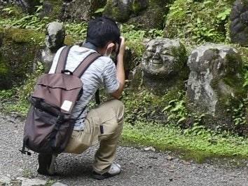 愛宕念仏寺の羅漢を撮影してる人の画像