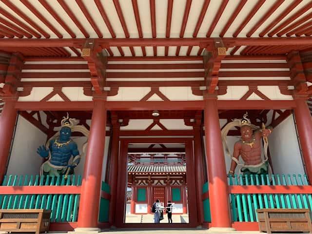 四天王寺の青赤の仁王像の画像