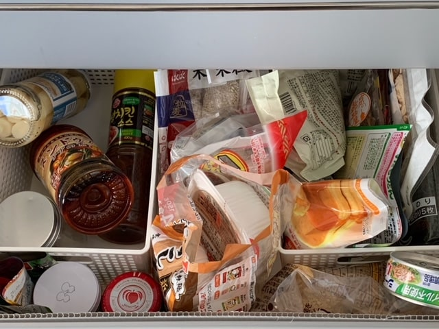 ごちゃごちゃの食品ストック収納の画像