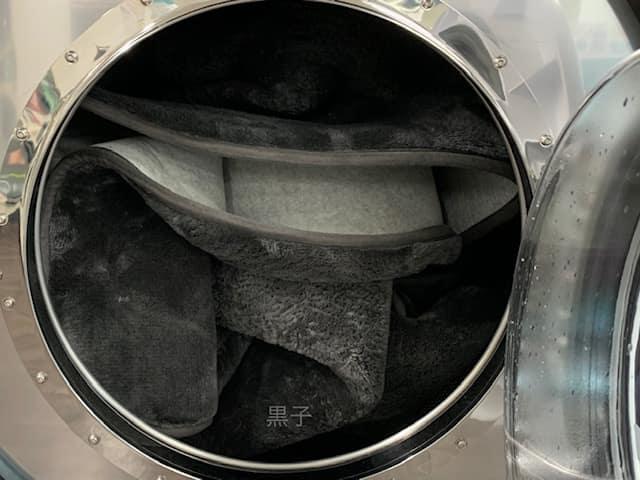 コインランドリーで洗うニトリのラグの画像