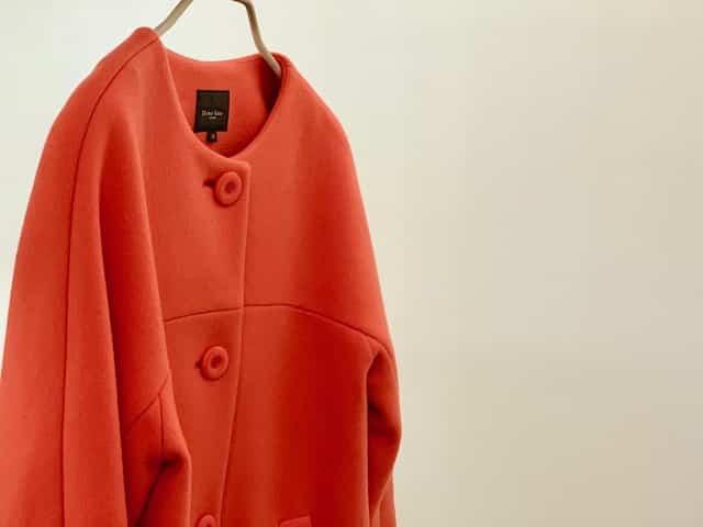 鮮やかな色のコートの画像